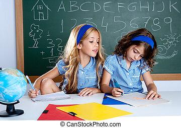 aula, con, dos, niños, estudiantes, engaño, en, prueba