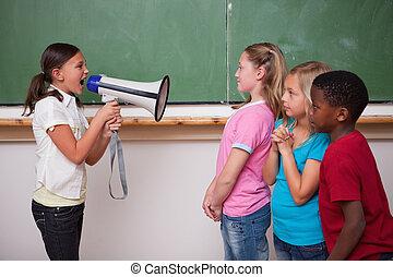 aula, ella, colegiala, por, megáfono, compañeros de clase, ...