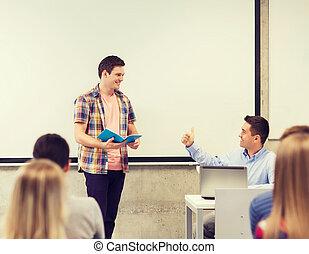 aula, estudiantes, sonriente, grupo, profesor
