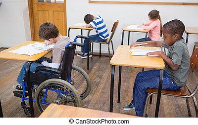 aula, incapacitado, escritorio, alumno, escritura