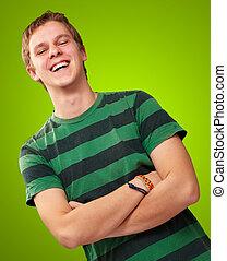 aus, junger, grüner hintergrund, porträt, lächelnden mann