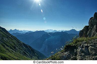 Ausblick auf die Bergwelt - Schroffe Berge und eine...