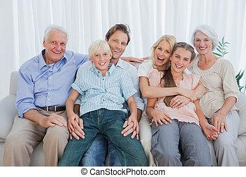 ausgedehnt, porträt, couch, familie, sitzen