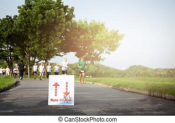ausgewählt, fokus, auf, rennender , zeichen, menschengruppe, jogging, park