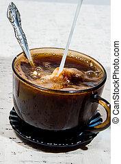 auslaufende milch, coffee., becher