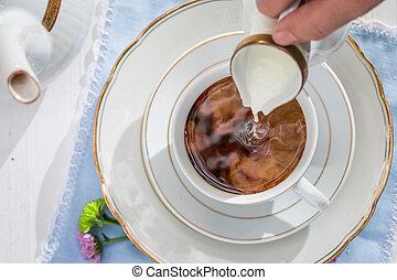 auslaufende milch, in, bohnenkaffee, auf, a, weißes, tisch, in, sommer