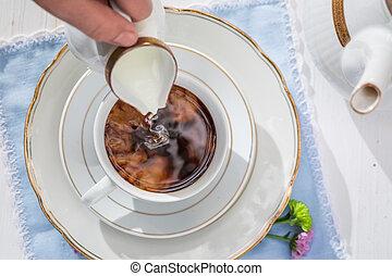 auslaufende milch, in, bohnenkaffee, auf, a, weißes, tisch