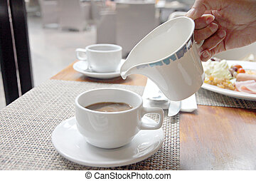 auslaufende milch, in, bohnenkaffee, cup.