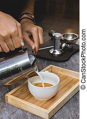 auslaufende milch, in, bohnenkaffee