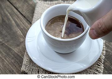 auslaufender kaffee, milch, becher