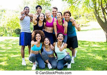 ausstellung, friends, auf, sportkleidung, daumen