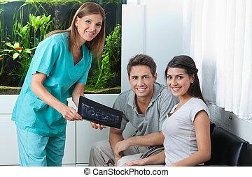 ausstellung, paar, zahnarzt, dentale röntgenaufnahme
