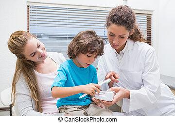ausstellung, wie, wenig, pädiatrisch, zahnarzt, junge, z�hne, bürste, seine