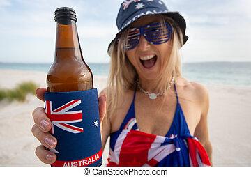 australiano, mulher segura, oferecendo, um, garrafa cerveja
