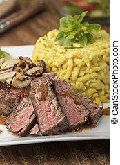 austriaco, bistecca, spaetzle, cipolla