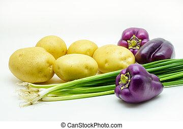 auswahl, von, frisch, rohkost-gemüse, freigestellt, weiß, hintergrund., auswahl, schließt, kartoffel, grüne zwiebel, und, pfeffer
