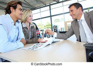 autó, eladó, odaad, autó kulcs, fordíts, vevő