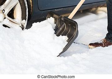 autó, feláll, hó, megragadt, closeup, ásás, ember