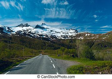 autó, képben látható, a, aszfalt út, fordíts, norvegian, hegyek, alatt, napos, világos nap