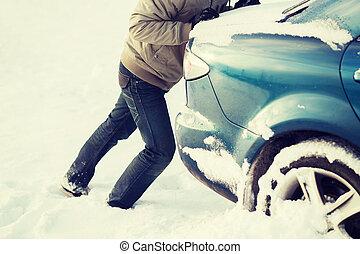 autó, rámenős, hó, megragadt, closeup, ember