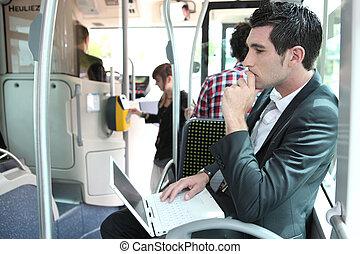 autóbusz, laptop, ingázó