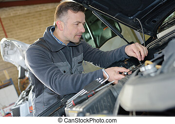 autószerelő, autó megjavítás, szolgáltatás