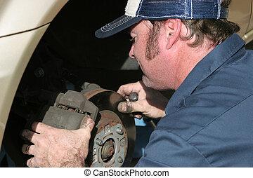 autószerelő, munkában