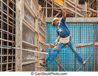 authentiek, de arbeider van de bouw, in, een, moeilijk, het in evenwicht brengen, positie, tussen, steiger, en, formwork, frame
