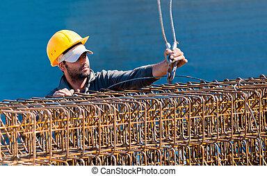 authentiek, de arbeider van de bouw, inlading, staal, versterking, stijgbeugel, balk, kooien, om te, een, kraan, haak