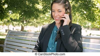 authentique, elle, conversation, femme affaires, téléphone, moment, sourire, intelligent, heureux