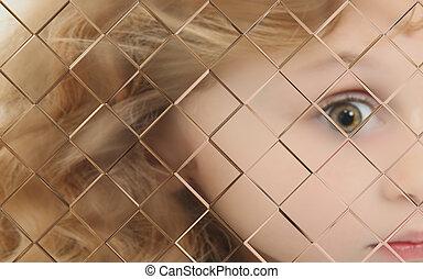 autistic, criança, obscurecido, atrás de, vidraça copo