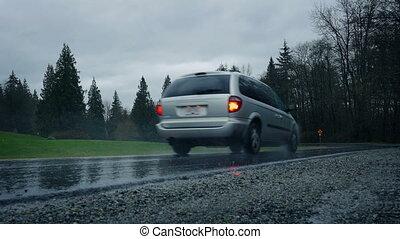 auto, antriebe, durch, park, auf, regnerischer tag