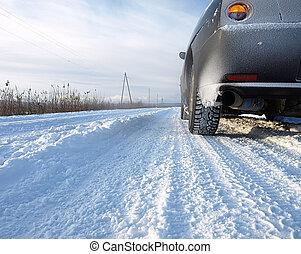 auto, auf, a, verschneiter , ländlicher weg