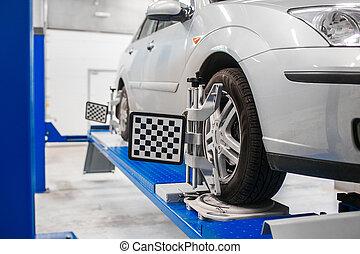 auto, auf, stehen, mit, sensors, räder, für, ausrichtung, wölbung, einchecken, werkstatt, von, service, station.