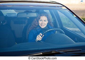 auto, binnen, bestuurder, door, aantrekkelijk, het glimlachen, windscherm