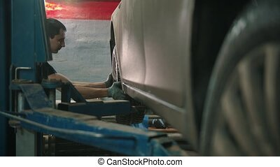 auto, disconnects, -, magasin, roue, réparation voiture, gants, fermé, jeune homme
