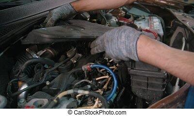 auto, enlève, -, magasin, capuchon voiture, réparation, couverture, ouvrier, homme, sous, moteur
