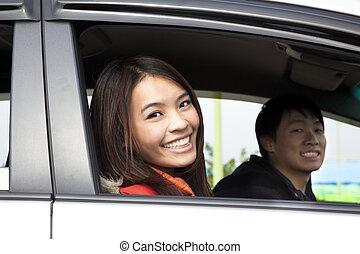 auto, frohes ehepaar