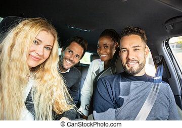 auto, glücklich, sitzen, schauen, innenseite, fotoapperat, freund