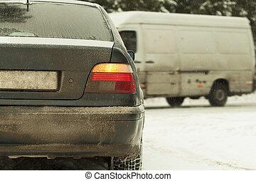 auto, in, schneefall, auf, a, glatte straße