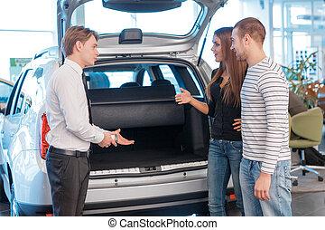 auto, klanten, verkoper, het tonen, romp