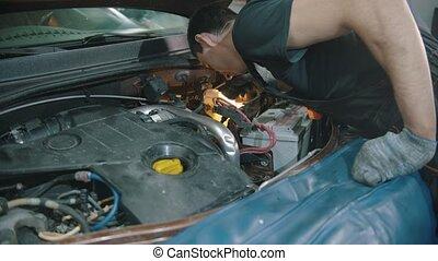 auto, -, magasin, capuchon voiture, réparation, examine, jeune homme, sous, ouvrier