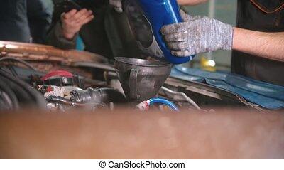 auto, -, magasin, réparation, ouvrier, changement, homme, huile, verser, moteur