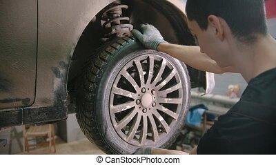 auto, -, magasin, roue, réparation voiture, fermé, jeune homme, unscrews, ouvrier