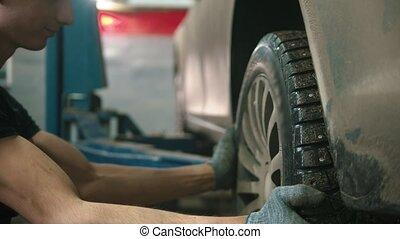 auto, -, magasin, roue, réparation voiture, gants, fermé, jeune homme, unscrews