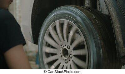 auto, -, magasin, roue, rotation, réparation, voiture, jeune homme, ouvrier