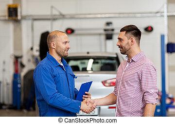 auto mecânico, e, homem, apertar mão, em, car, loja