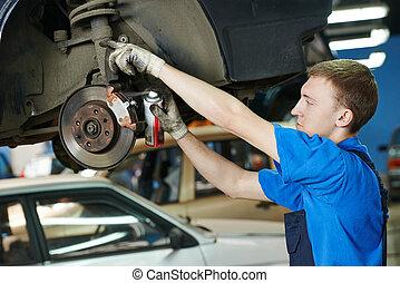 auto mecânico, em, car, freio, sapatos, substituição