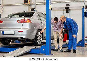 auto mechaniker, mit, klemmbrett, und, mann, an, auto, laden