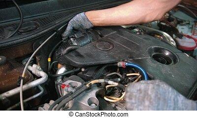 auto, montage, -, magasin, capuchon voiture, réparation, commande puissance, homme, débrancher, sous, ouvrier